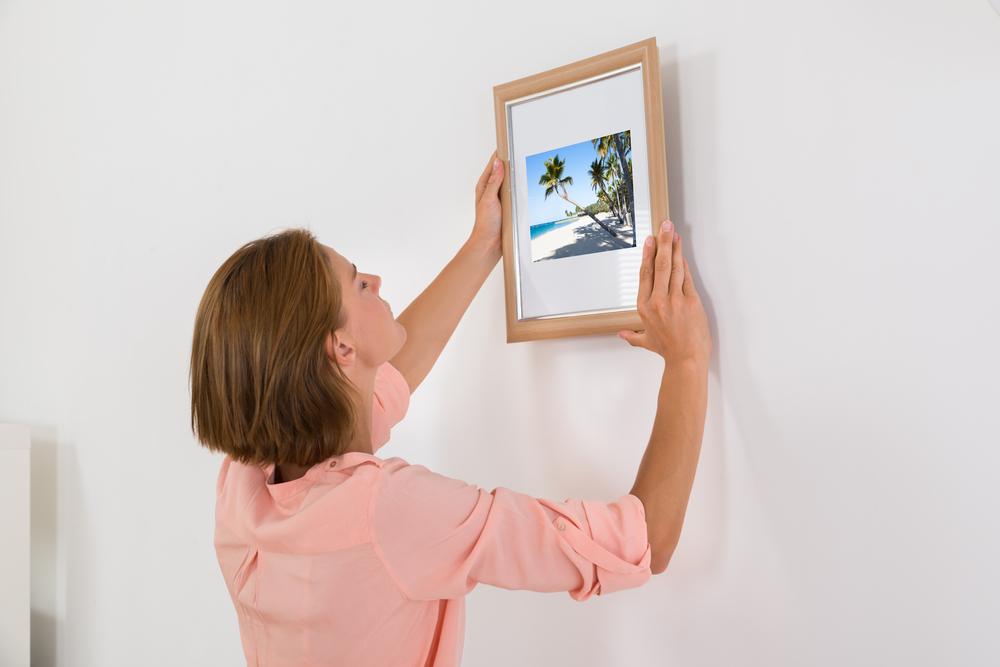 Ophangsysteem Schilderijen Zonder Boren.Stappenplan Voor Het Ophangen Van Foto S En Schilderijen Zonder Het